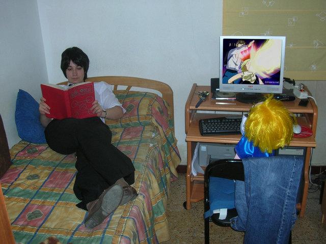 Kiyomaro leyendo Zatch viendo la tele